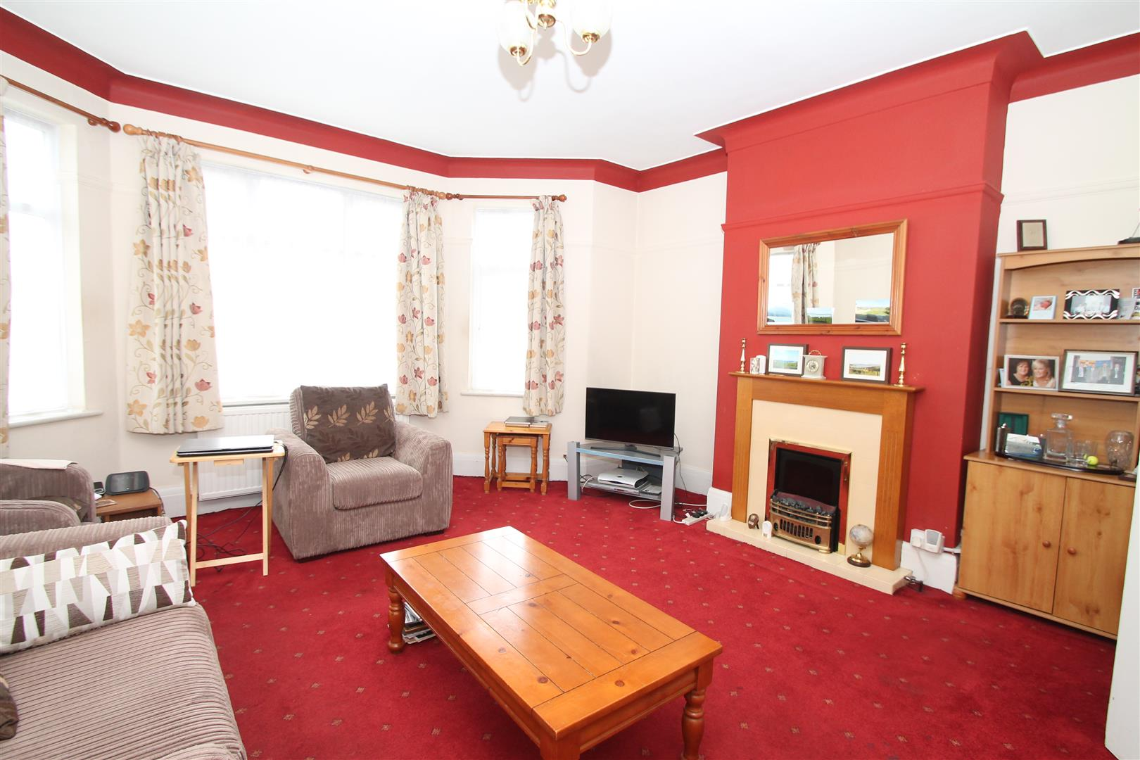 2 Bedrooms Flat for sale in North Circular Road, London N13